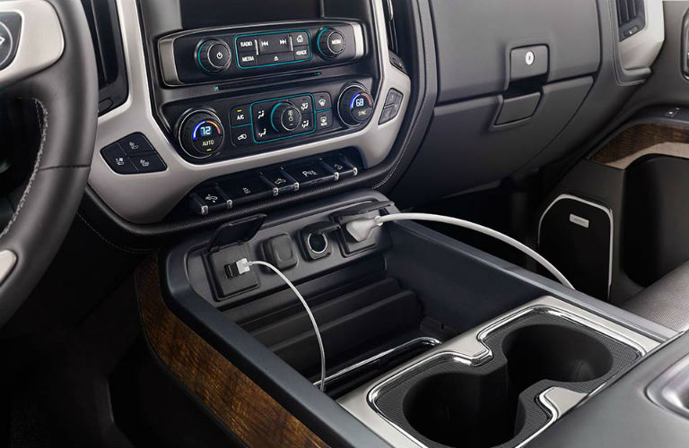 Steering wheel and Radio in the 2018 GMC Sierra